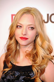 Amanda Seyfried paired her natural beauty look with ravishing red lipstick.
