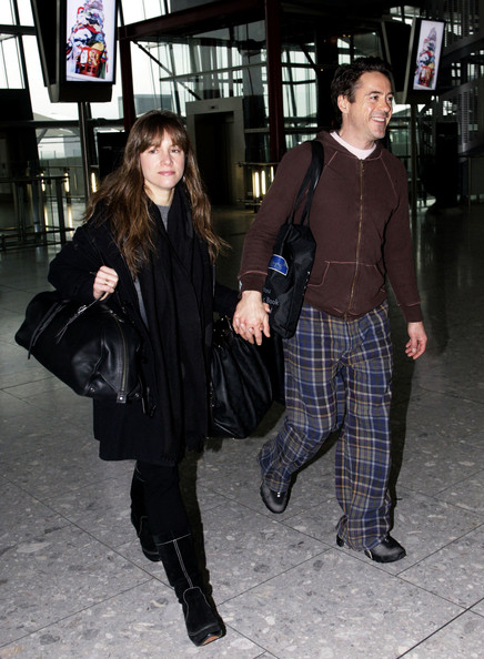 Susan Downey's black leather bowler bag looked perfect for traveling.