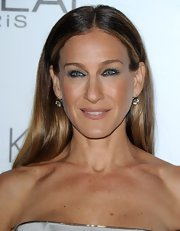Keeping coordinated with her metallic dress, SJP swept shimmering silver shadow over her eyes.