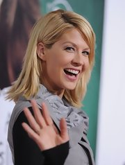 Jenna Elfman wore her hair in tousled layers at the premiere of 'Easy  A.'