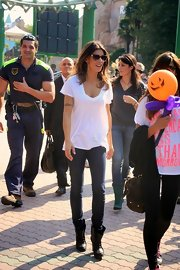 Elisabetta kept it comfy and casual for a day at the amusement park in a baggy V-neck.