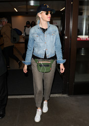 Elizabeth Banks kept her feet comfy in a pair of leather sneakers.