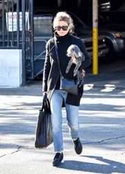 Ellen Pompeo accessorized with a simple yet stylish leather shoulder bag (and a cute pup).