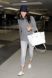Opting for a monochromatic theme, Emmy Rossum paired her sweater with light gray skinny jeans by 7 For All Mankind.