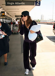 Unlike other starlets, Eva dresses down for long flights: she wears sensible sneakers to the airport.