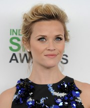 This messy updo gave Reese Witherspoon's look a sexy vibe during the Film Independent Spirit Awards.