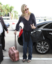 Geena Davis accessorized with a simple black leather tote.