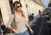 Gisele topped off her outfit with classic aviator sunglasses.