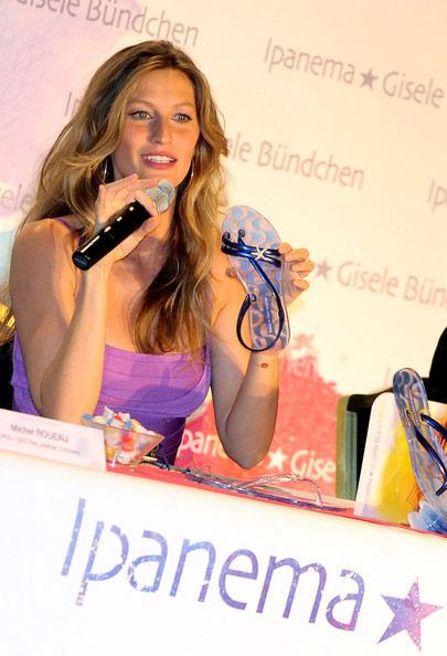 More Pics of Gisele Bundchen Flat Sandals (1 of 9) - Gisele Bundchen Lookbook - StyleBistro