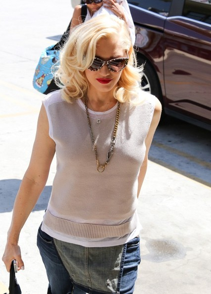 Gwen Stefani dressed up her knit top with an edgy-stylish chain necklace.