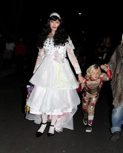 Gwen Stefani was almost unrecognizable in her princess costume while trick-or-treating with her kids.