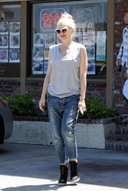 Gwen Stefani teamed her top with a pair cropped boyfriend jeans.