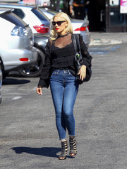 Gwen Stefani tied her casual-chic look together with a pair of black gladiator heels.