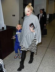 Gwen Stefani bundled up in a gray shawl while making her way through LAX.