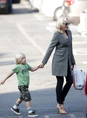 Gwen Stefani did mommy duty while looking oh-so-stylish in a gray tweed coat.