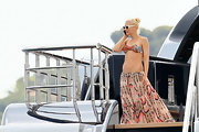 As per usual, Gwen appeared to be in ridiculously good shape, displaying an impressively taut set of abs in a wild tiger print bikini bandeau top and a breezy floor-length print skirt.