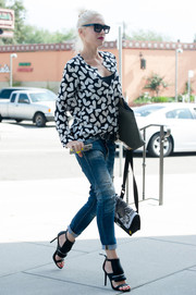 Gwen Stefani styled her casual outfit with a pair of modern-glam black sandals by L.A.M.B.