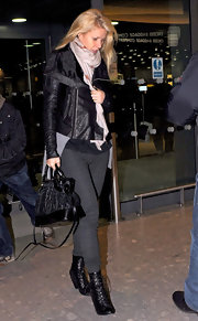 Gwyneth heads out of Heathrow airport looking a bit frazzled from all the paparazzi commotion. She still managed to look stylish with a textured leather jacket and black leather tote bag.