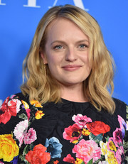 Elisabeth Moss wore her hair in beachy shoulder-length waves at the HFPA Grants Banquet.