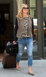 Heidi Klum kept her casual look super stylish with this two-toned zip-up jacket.