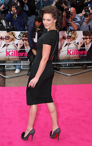 Katherine paired her fitted Victoria Beckham dress with gorgeous ruffled Lady Page pumps.