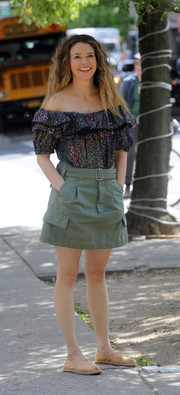 Sutton Foster paired her top with a sporty olive-green mini skirt.