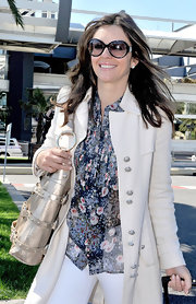 Elizabeth looked fresh and beautiful in a light springy ensemble with a pair of glamorous, oversized black sunglasses.