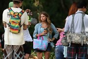 Indiana Evans livened up her beachwear with a colorful printed tote while filming 'Blue Lagoon.'
