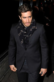 Jake Gyllenhaal showed off his chic style in a grey suit and patterned scarf. What a stylish way to keep warm.
