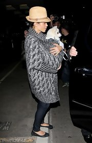 Jenna looked so cute and cuddly with her puppy wrapped up in this long charcoal sweater.