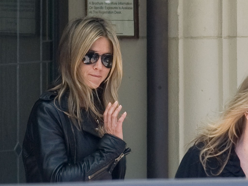 0d273a4d12a79 Jennifer Aniston wore dark aviator sunglasses while filming  Just Go With  It .