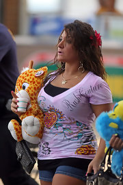 Deena dressed up her casual Jersey Shore attire with a gold butterfly necklace, which is almost as cute as the stuffed giraffe she's carrying.