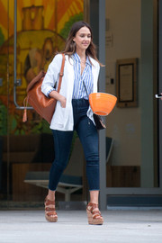 Jessica Alba teamed her shirt with a pair of capri jeans.