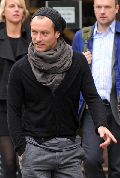 4d9e2226 Celebrities in Beanies – Jude Law small slouch beanie and infinity scarf
