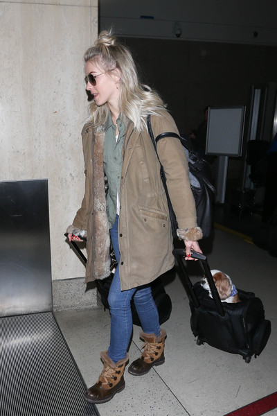 Julianne Hough kept her puppy comfy in a rolling dog carrier.