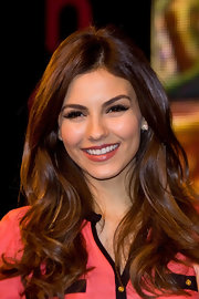 Victoria Justice met with fans while wearing her long locks in smooth glossy waves.