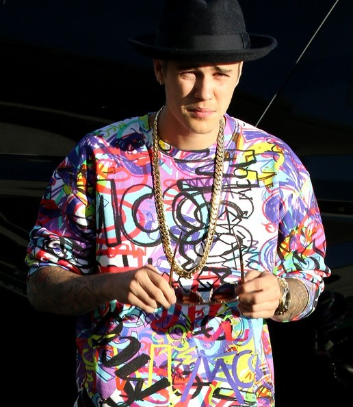 Justin Bieber added some sparkle to his shirt with a gold chain necklace.