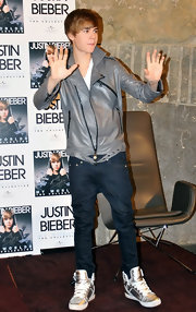 Justin Bieber donned flashy metallic sneakers with a pair of sagging dark denim jeans.