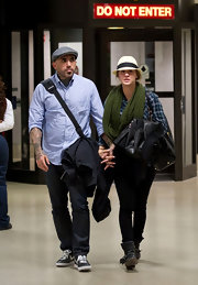 Josh Resnik traveled through the airport with his celebrity girlfriend Kaley Cuoco while wearing a grey wool cap.