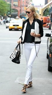 Karolina kept her two-toned look summertime chic with a pair of skinny white jeans.
