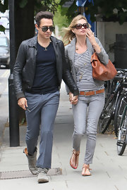Kate Moss paired her casual outfit with a tan leather shoulder bag.