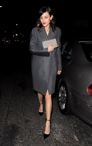 Alexa Chung complemented her outfit with a chic black-and-white houndstooth clutch.