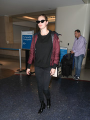 Kate Upton teamed a black crewneck sweater with skinny jeans for a flight.