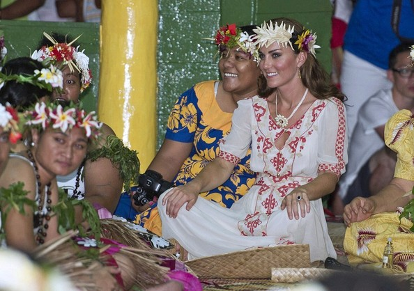 http://www1.pictures.stylebistro.com/bg/Kate+William+dance+Tuvalu+natives+-UiLwMXy5nhl.jpg
