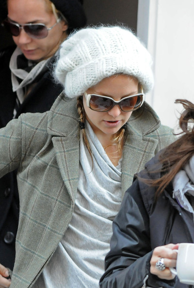 Kate Hudson headed out on a cold day wearing a white knit beanie.