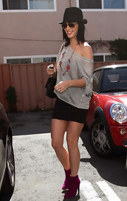 While chatting it up with local paparazzi. Katy Perry showed off her flunky flare with a pair of cute fuchsia ankle boots.