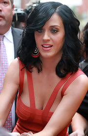 Katy perfectly paired her coral dress to  matching hoop earrings.