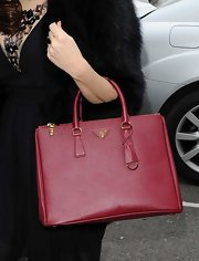Kelly Brook's cranberry red tote is classic, chic and totally envy-worthy.