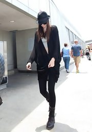 Kendall balanced out her oversized slouchy cardigan by pairing it with skinny black leggings.