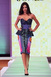 Miranda Kerr not only strutted her stuff on the David Jones runway in a wildy printed peplum, she rocked some dangerously spiked pumps, too!
